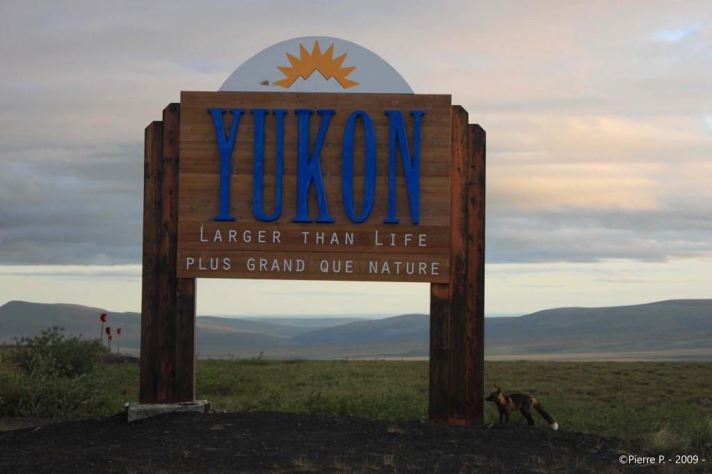 Frontière entre le Yukon et les TNO sous le soleil de minuit