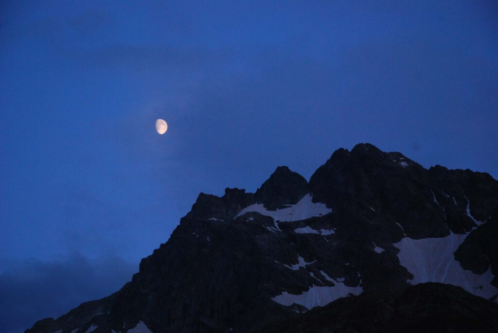La lune s'est levée sur la montagne