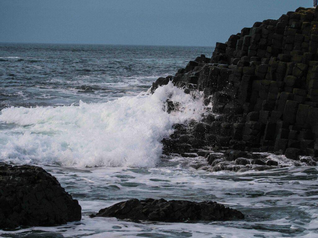 Les vagues sur la Chaussée des Géants