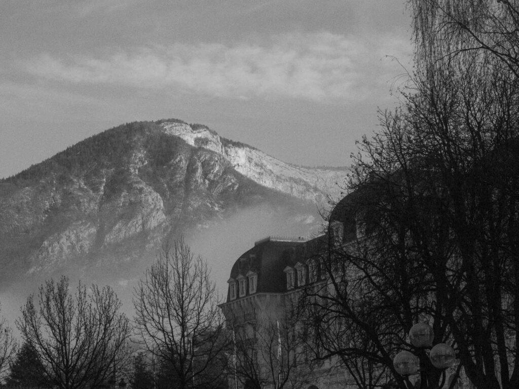 Les montagnes d'Annecy en hiver