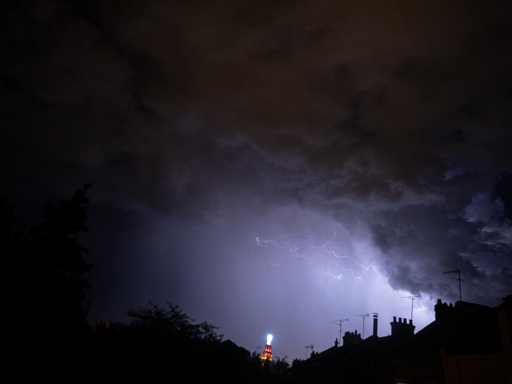 Là-bas, dans le fond, un soir d'orage