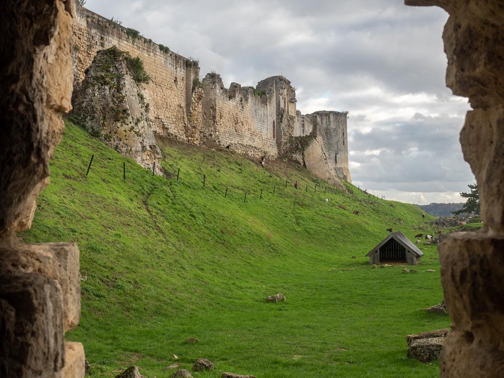 Les remparts de Coucy vus de l'extérieur