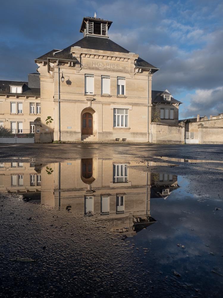 Les reflets de la mairie de Coucy